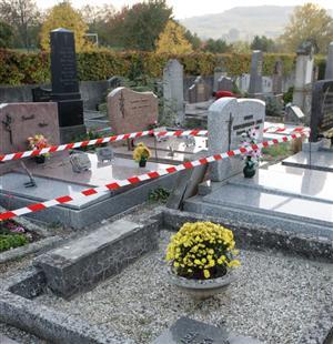 la-victime-aurait-ete-prise-d-un-malaise-avant-de-s-appuyer-sur-une-pierre-tombale-qui-lui-est-tomb