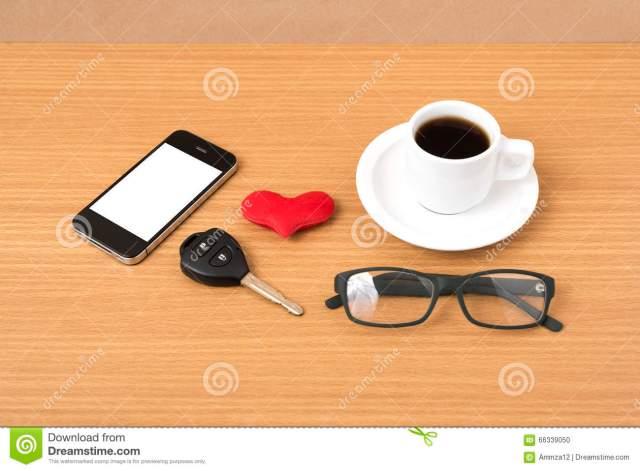 caf-tlphone-lunettes-et-cl-de-voiture-66339050